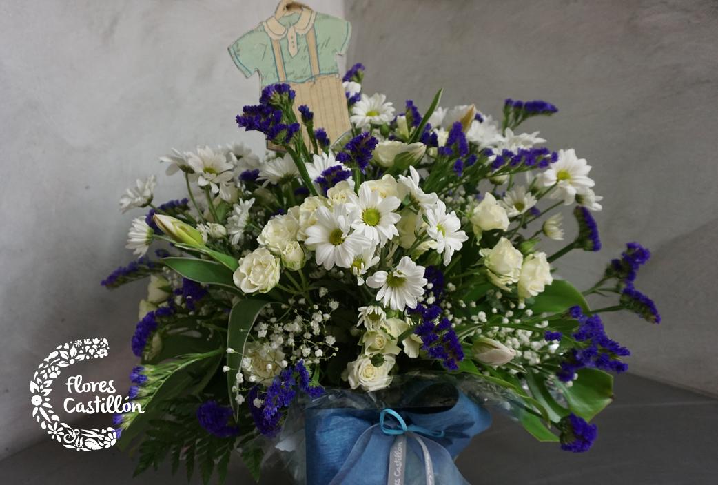centro-de-flores-con-margaitas,-rosas-y-estertice