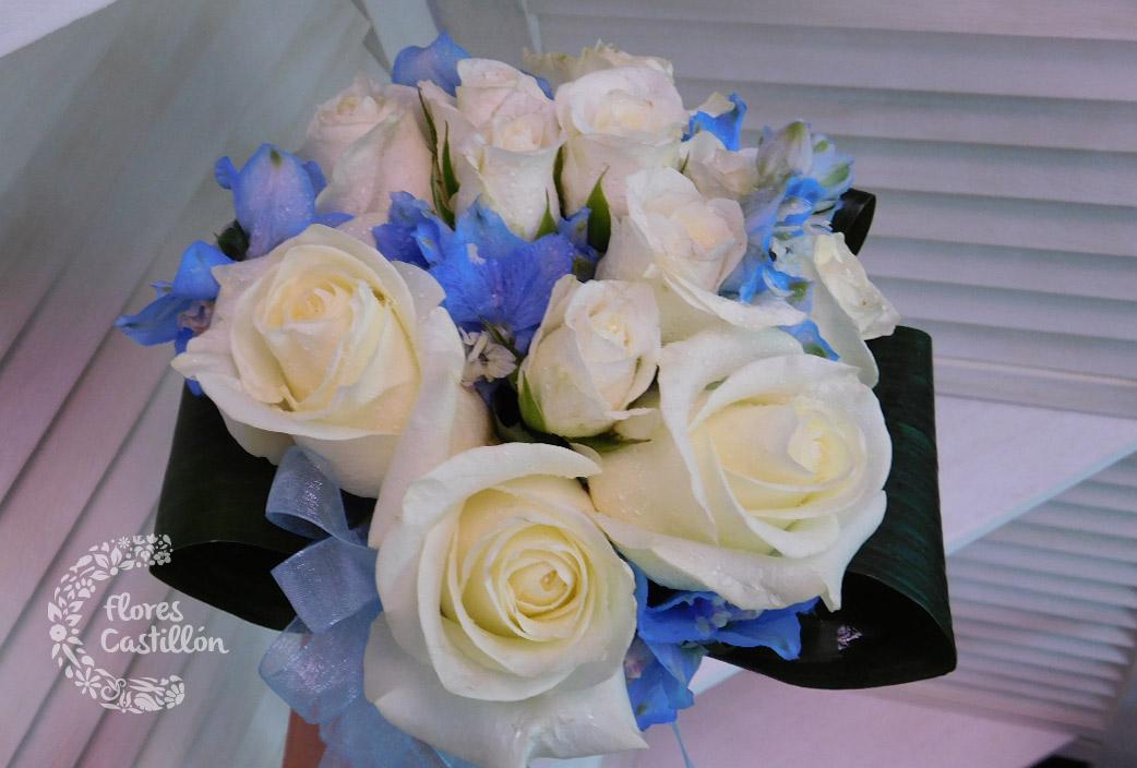 ramo-de-novia-con-rosas-y-delfinium-azul
