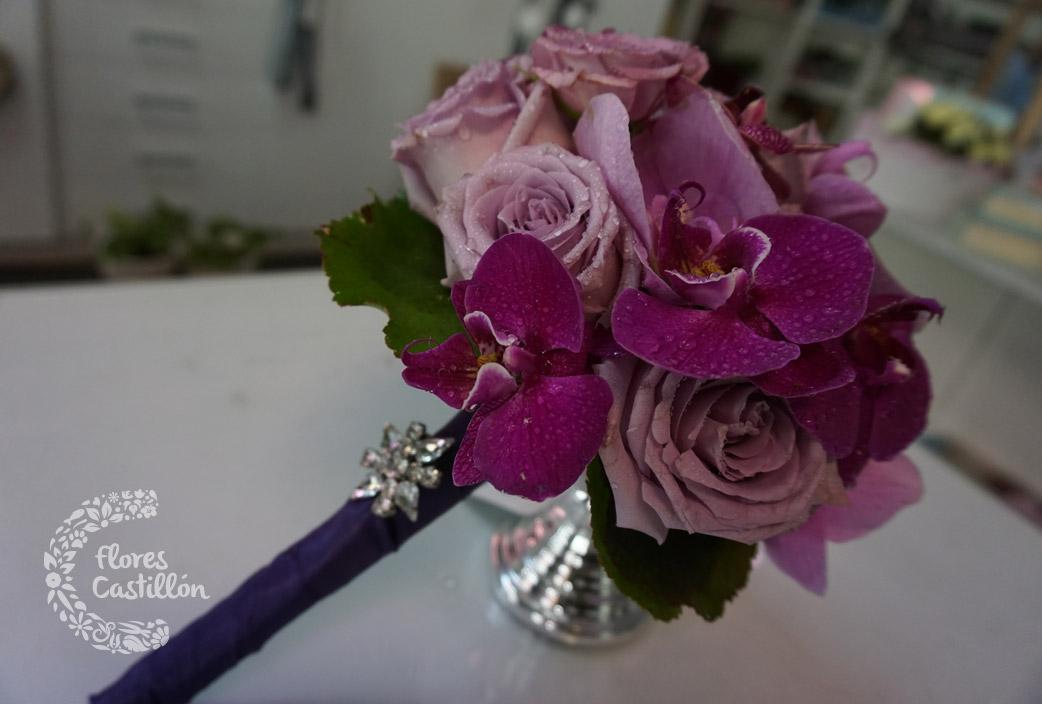 ramo-de-novia-en-tonos-lila-con-orquídeas-y-rosas