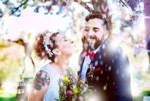pareja de novios de boda campestre